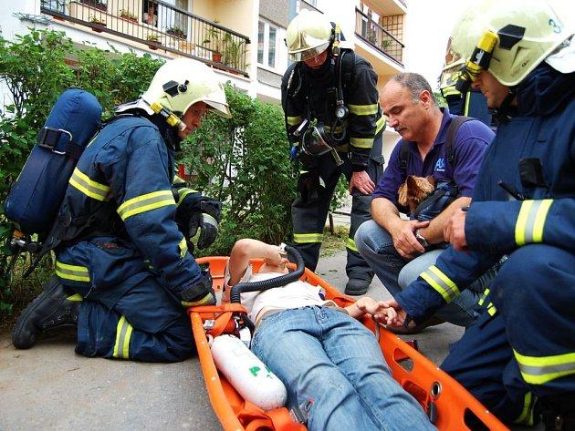 Zachráněný chlapec v péči hasičů