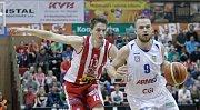 2. semifinále basketbalové Kooperativa NBL mezi BK JIP Pardubice (v bíločerném) a BK Armax Děčín (v černém).