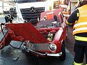 Z Lady zdemolované nákladním autemu museli v Jaroslavi hasiči jednu osobu vyprošťovat.