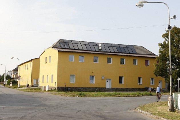 Ubytovna ve Starých Ždánicích. Aktuálně jí obývá asi stovka obyvatel.