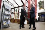 Předseda ODS Mirek Topolánek zavítal při své středeční návštěvě kraje také do Pardubic - mimo jiné i na pracovní úřad.
