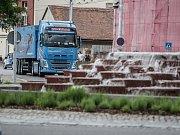 Kamiony lázeňským městem jezdí dál.