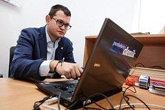 Ministra a kandidát do sněmovny Jan Chvojka odpovídá v redakci Pardubického deníku na dotazy čtenářů.
