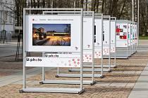 Výstava fotografií studentů, absolventů a zaměstnanců nazvaná Naše univerzita vašima očima před Dopravní fakultou Jana Pernera v Pardubicích.