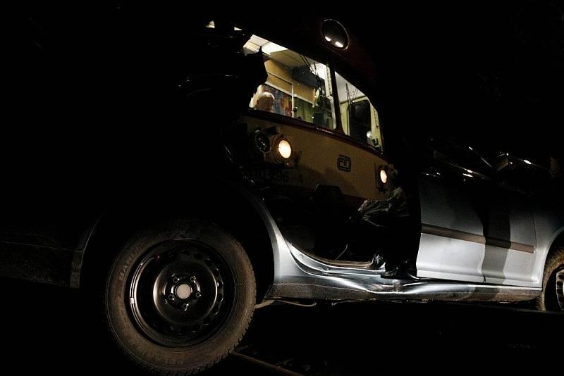 K místu nehody vyrazili neprodleně hasiči, řidič totiž ve zdemolovaném vraku zůstal zaklíněn.
