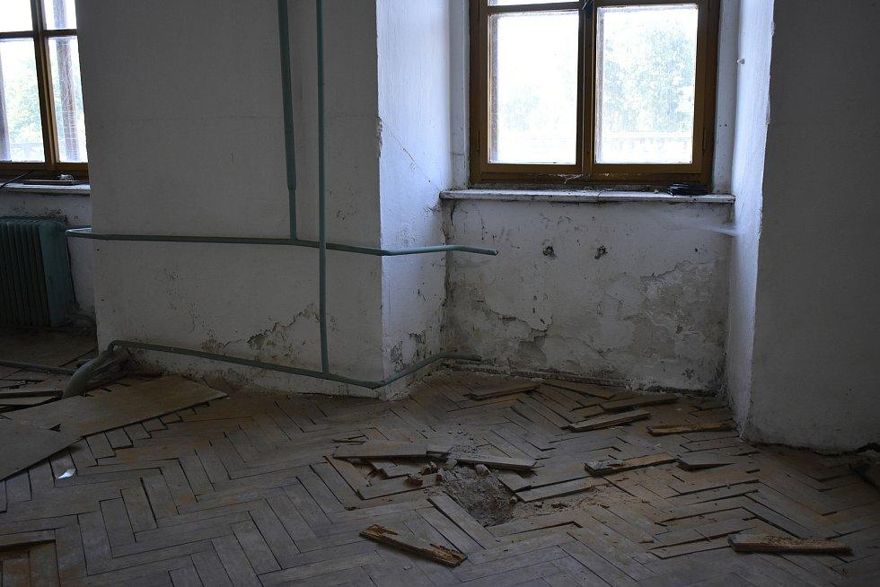 Navíc se v zámku nacházely prapodivné úkazy vytvořené ruskou rukou. Armáda si v památce zřídila kotelnu a ústřední topení, avšak jeden z radiátorů je z neznámého důvodu umístěn u stropu.