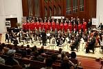 O ZAHÁJENÍ Mezinárodního festivalu a soutěže pěveckých sborů Bohuslava Martinů se postarala Komorní filharmonie Pardubice s Pěveckým sborem Masarykovy univerzity Brno.