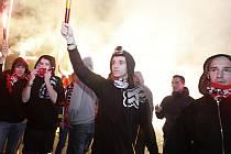 Hrozí eskalace násilí kvůli fotbalovým chuligánům i hokejovému prostředí? Hokejoví fanoušci se obávají, že násilnosti jako při derby Pardubic a Hradce přeskočí i na další stadiony.