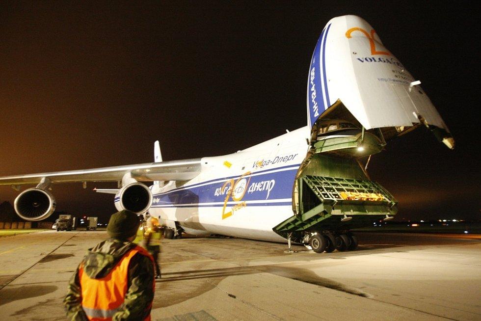 Ruslan má kromě zadních nákladových vrat s jeřábem pro nakládání kontejnerů také druhá vrata po odklopení nosu letounu.