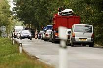 Provoz v jednom pruhu řídí u Počápel semafor. Kousek dál se buduje silniční kanalizace a v Sezemicích navíc dokončují výstavbu kruhového objezdu. Mnoho oprav na krátkém úseku rozčiluje řidiče.
