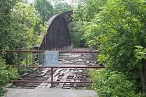 Staré a chátrající mosty  přes Chrudimku na Červeňáku v Pardubicích jsou pro veřejnost uzavřeny.