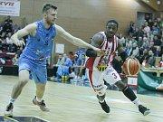 Basketbalové utkání Kooperativy NBL mezi BK JIP Pardubice (v bíločerném) a BK Olomoucko (v modrém)v pardubické hale na Dašické.