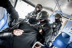 Policejní cvičení na dráze