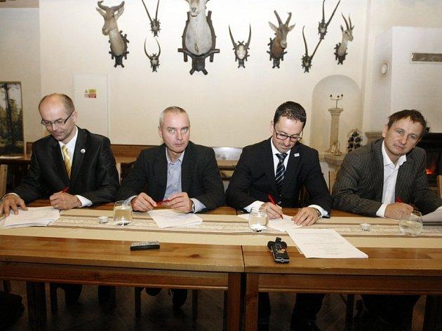 Dohodu o spolupráci podepsali zleva František Weisbauer (KPP), Vladimír Ninger (ČSSD), Martin Charvát (ANO) a Jan Němec (TOP 09). Vytvořili tak Koalici pro lepší Pardubice.