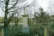 Neznámý vandal poškodil v minulých dnech kříž Božích muk u lesní cesty mezi obcemi Tupesy a Brloh na Přeloučsku.