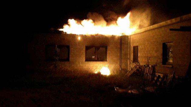 Ve Zdechovicích hořel rozestavěný dům.