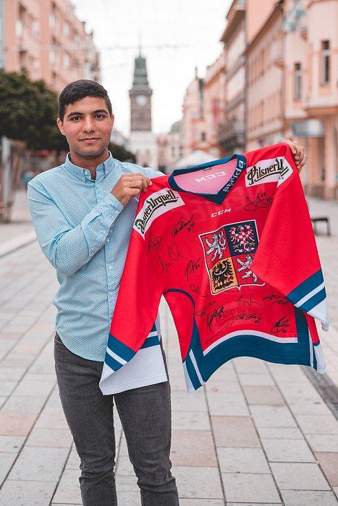 Dres Ondřeje Němce bude patřit mezi tahouny. Hokejista v něm hrál na mistrovství světa v roce 2010, z něhož Češi přivezli zlato. Navíc je podepsaný například Jaromírem Jágrem, Ondřejem Pavelcem nebo Romanem Červenkou.