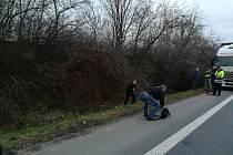 Místo nehody. Bezvládného těla si všiml projíždějící řidič nákladního vozidla a přivolal policisty a záchranku.