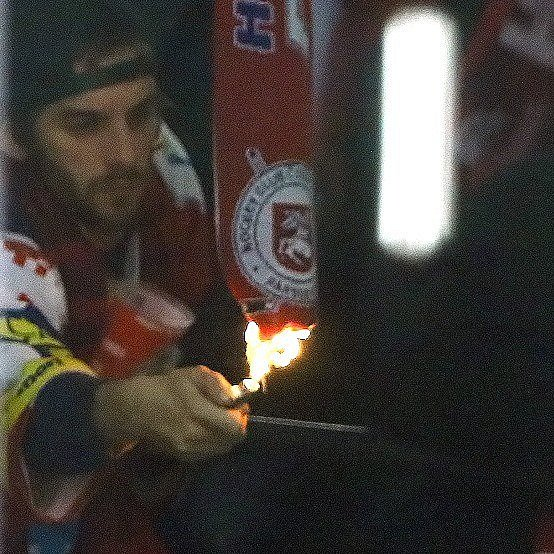 Zapalování šály varéně? Otakovéto 'příznivce' hokeje zOlomouce vPardubicích napříště už pořadatelé nestojí.