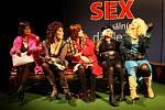 Obsazení hereček je více než hvězdné - zleva doprava sedí dámy: Mecerodová, Chvalová, Bittlová, Vlášková a Janoušková