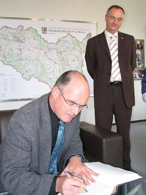 Izraelský novinář Johannes Gerloff, za ním vicehejtman Pardubického kraje Roman Línek.
