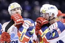 Nedaří se. Jiří Vašíček (vlevo) s Tomášem Zohornou jakoby nemohli uvěřit, co se s jejich Pardubicemi momentálně děje. Pokud nepřijdou výsledky, vypadnou z desítky.