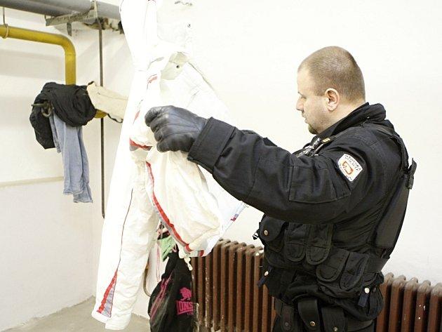 Pardubičtí strážníci narazili na úkryt zlodějů přímo ve sklepních prostorách domu. Zloději si tu žili jako doma, protože měli od všeho klíče a obývali málo používanou část sklepa.