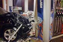 Řidič pod vlivem drog naboural stojan čerpací stanice