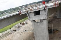 Už vloni v létě byly na opatovické křižovatce hotové rampy, kterými bude tříkilometrová spojka R35 k dálnici D11 pokračovat na Vysoké Mýto a Olomouc. Letos silničáři autostrádu protáhnou alespoň mostem přes Labe.