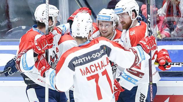 Hokejové utkání Tipsport extraligy v ledním hokeji mezi HC Dynamo Pardubice (v bíločerveném) a BK Mladá Boleslav  (v zelenočerném) v pardudubické enterie areně.