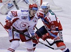 Patrik Poulíček v utkání Tipsport extraligy v ledním hokeji mezi HC Dynamo Pardubice (v červenobílém) a HC Oceláři Třinec.