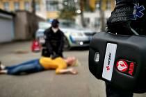Policisté v Pardubickém kraji mají nově auta vybavena mobilními defibrilátory. Foto: Policie ČR