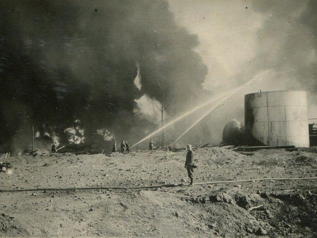 Rafinerii nálet proměnil v hořící trosky.