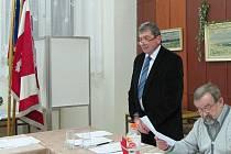 Dašice povede Petr Zikmund (stojící). Vedle sedící je bývalý starosta Ladislav Racek.