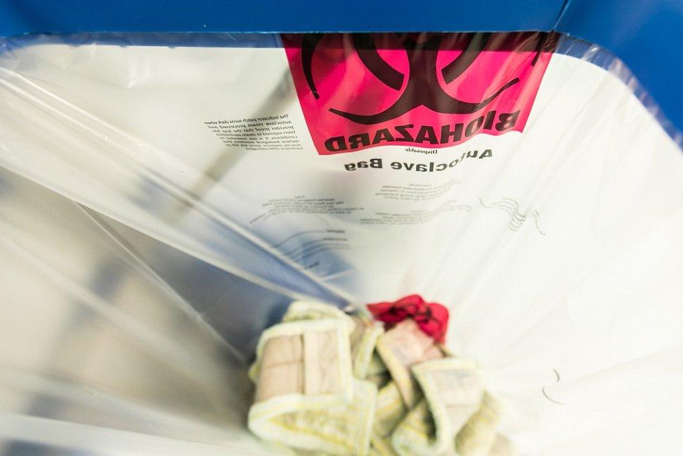 Všechen odpad z patra musí buď přes dekontaminaci, nebo spalovnu.
