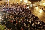 Dvacet let výročí Sametové revoluce si před pardubické divadlo přišly připomenout tisíce lidí.