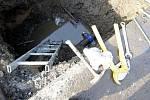 Voda z praské vodovodní přípojky vyvěrala v Bohdanči přímo na silnici. Oprava zabrala celé dopoledne.