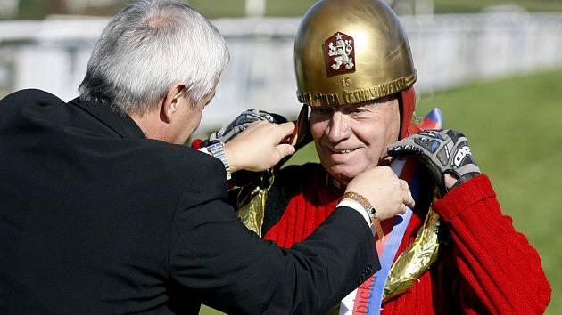 Po 47 letech si Antonín Kasper starší na hlavu znovu nasadil Zlatou přilbu.