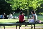 Stovky lidí vyrazili na procházku bez respirátoru, na výlet na kolech nebo jen tak posedět po nákupech do parku. Tyršovy sady i park Na Špici v Pardubicích byly doslova v obležení.