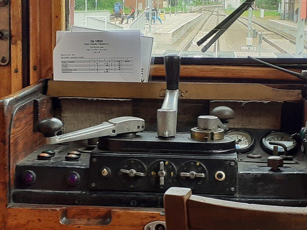 K ovládání stačí tři kliky: plyn, volič rychlosti a spojka.