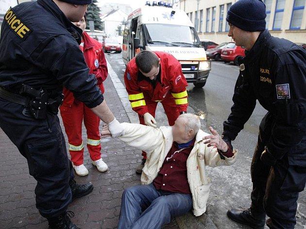 Postarší muž se v podnapilém stavu zranil při pádu. Se policisty a posléze i záchranáři se chtěl dokonce i prát.