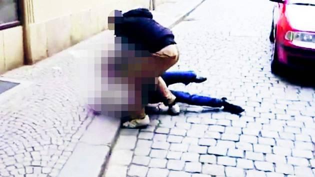 Incident na Pernštýnském náměstí mezi chodcem a policistou v civilu.