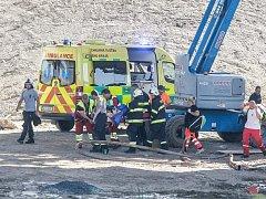 Pád dělníka ze stavby mimoúrovňové křižovatky u Opatovic nad Labem skončil smrtí. 41letý muž zraněním po převozu do nemocnice podlehl.