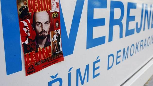 """Krajská kancelář Věcí veřejných (VV) se stala terčem vandalského útoku. Její výlohu neznámí pachatelé """"vyzdobili"""" samolepkami Svazu mladých komunistů."""