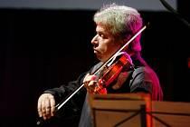 HRÁL JAKO O ŽIVOT. Houslista Jaroslav Svěcený se spojil s klávesistou Michalem Dvořákem a dalšími muzikanty na mimořádném projektu Vivaldianno. Premiéru měl v Pardubicích.