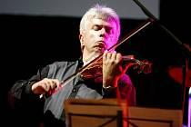 HRÁL JAKO O ŽIVOT. Houslista Jaroslav Svěcený se spojil s klávesistou Michalem Dvořákem a dalšími muzikanty na mimořádném projektu Vivaldianno.