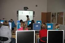 PŘELOUČSKÁ ZÁKLADNÍ ŠKOLA se může pochlubit novou počítačovou učebnou za 347 tisíc korun.
