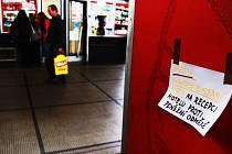 V nádražní hale upozorňuje na řádění kapsářů i cedulka, slibující odměnu za ukradené platební karty