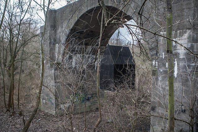 Létající černý dům zavěšený pod mostem vpardubickém vojenském prostoru Červeňák.