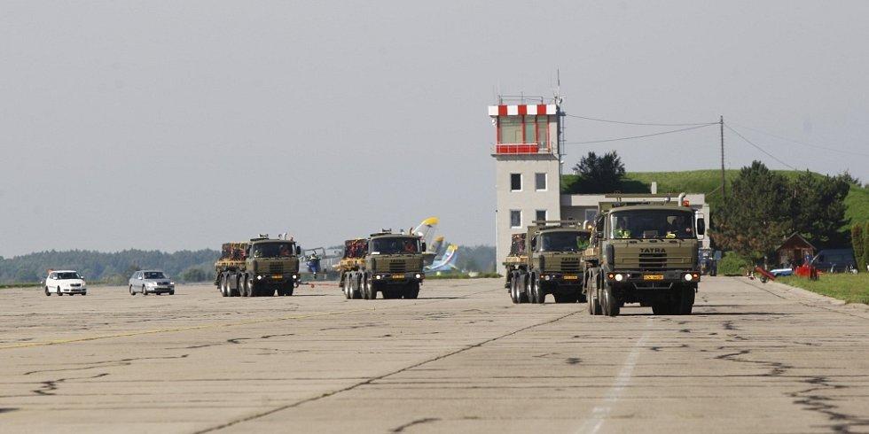 Náklad munice do Globemasteru je na cestě. A to je jenom polovina z celkových 62,5 tuny...